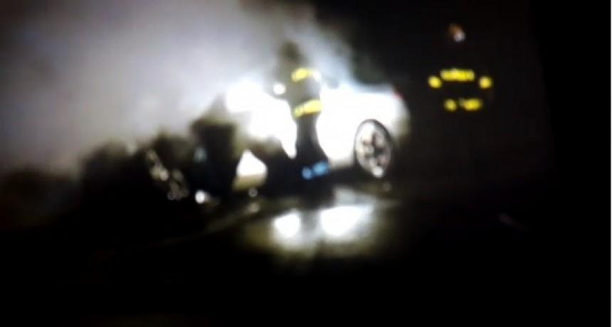 Un auto se prendió fuego en plena ruta
