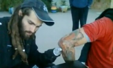El día que Santiago Maldonado tatuó en La Pedrera