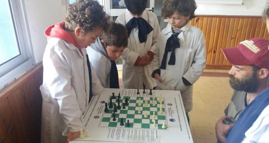 Donaron tableros de ajedrez a la Escuela 52 de La Paloma