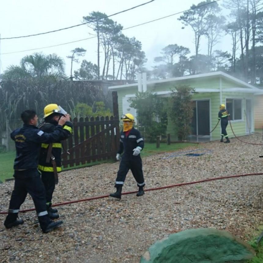 Bomberos sofocan principio de incendio en La Paloma