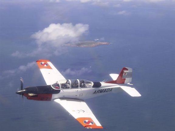 Un avión de ataque naval uruguayo guía a un helicóptero a una evacuación médica en alta mar