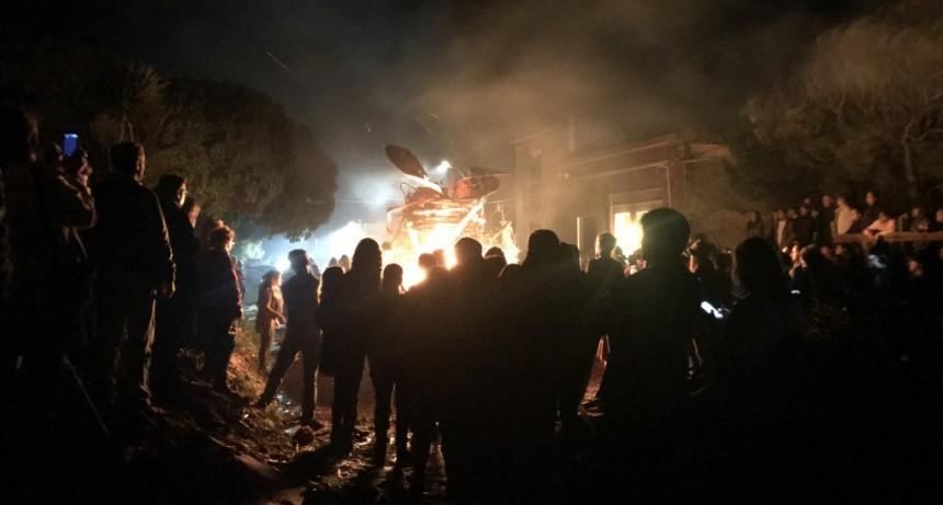 La Noche de San Juan en La Pedrera otra vez brilló al calor de las llamas