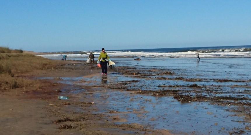 Convocan a limpiar la playa