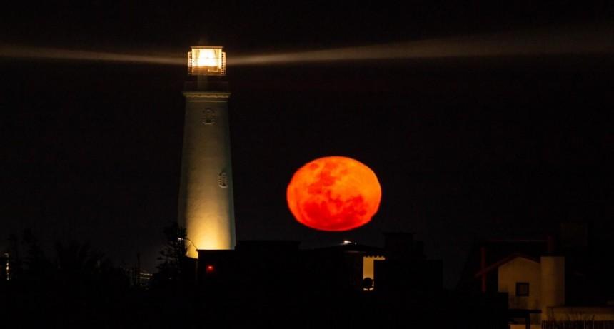 La luna llena anaranjada tiene un por qué