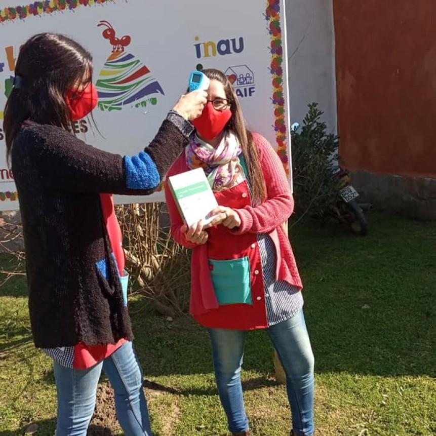 Fútbol solidario: jugadores donaron termómetros a escuelas locales