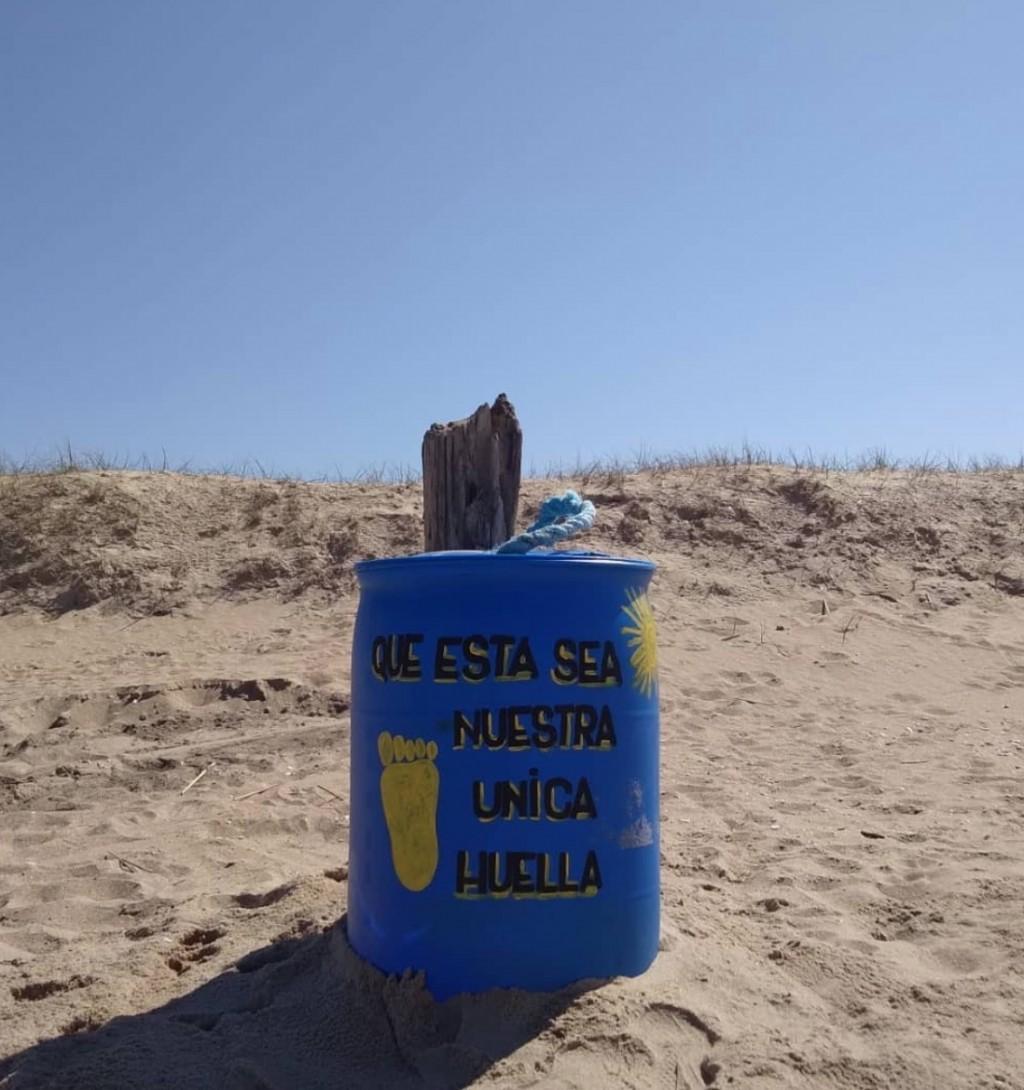Arman contenedores de basura con residuos que quedan en la playa