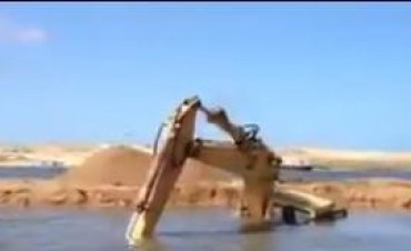 Una retroexcavadora se hundió en Laguna Garzón