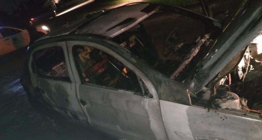 Se incendió un vehículo en la vía pública
