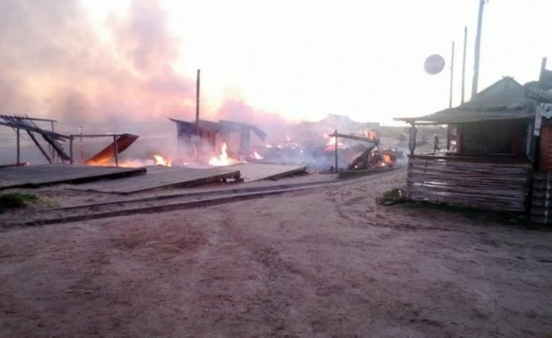 Incendio destruyó feria de artesanías de Punta del Diablo