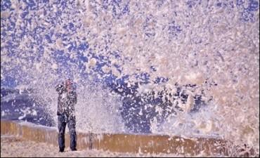 Espuma de mar simuló nieve en Punta del Este